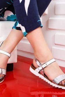 Sandale Akama albe cu talpa joasa