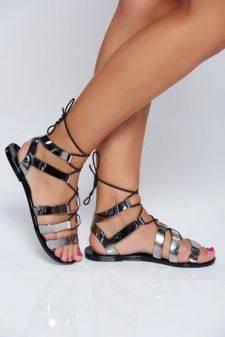 Sandale argintii cu talpa joasa cu aspect metalic accesorizate cu snur