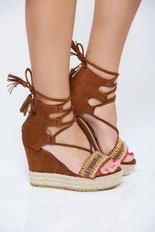 Sandale maro din piele intoarsa ecologica cu aplicatii cu margele accesorizate cu snur